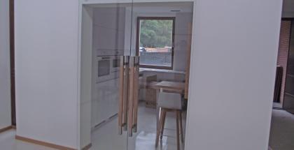 sklenené posuvné dvere do steny